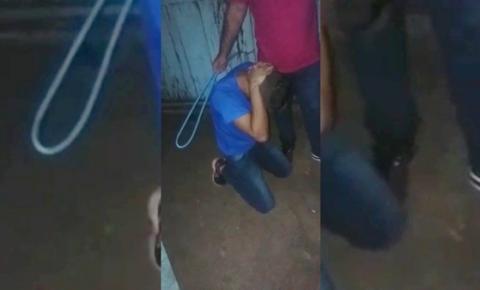 IMAGENS FORTES! Homem acusado de espancar a própria mãe recebe 'corretivo' de membros de facção