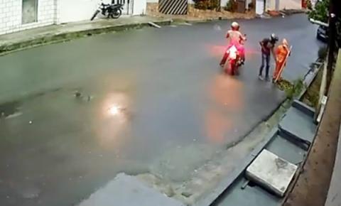REVOLTANTE! Gari é assaltada enquanto varria rua no Amazonas