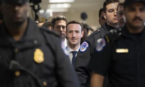 Manifestantes vão à casa de Zuckerberg pedir por fim das fake news no Facebook