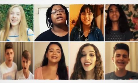 """Participantes do The Voice Kids gravam clássico """"We Are the World"""" em prol da luta contra a COVID-19"""