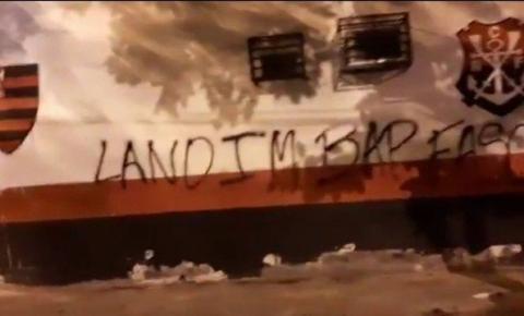 Pichações em muro do Flamengo lembram massagista morto por Covid-19 e acusam dirigentes: 'Fascistas'