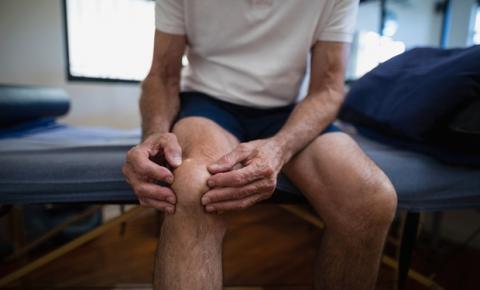 Especialistas orientam como evitar dores no joelho e quadril durante isolamento