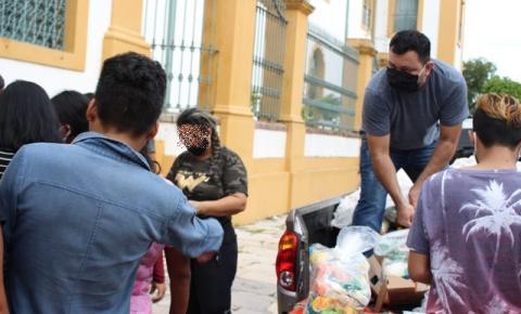 Profissionais do sexo que atuam no Centro recebem doação de cestas básicas; veja vídeo