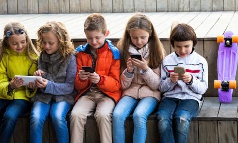 Polícia Civil orienta pais a falar com os filhos sobre riscos da internet, sem proibir o uso