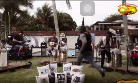Live do grupo de pagode 'Aglomerou' é interrompida por operação da Polícia Civil em Angra dos Reis; vídeo