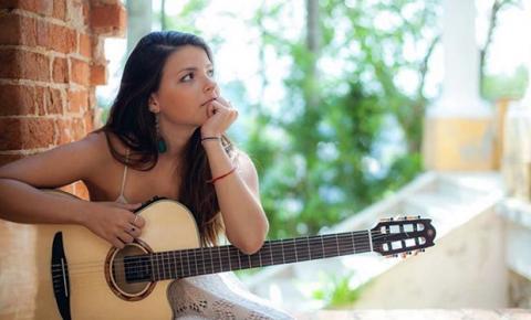 Cantora mostra seus dias de quarentena em clipe e surpreende público