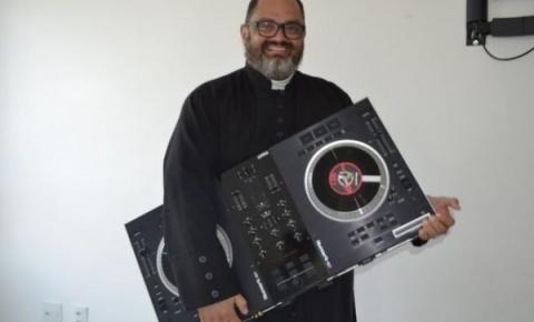 Quem é o padre DJ que viralizou nas redes sociais? Assista à performance