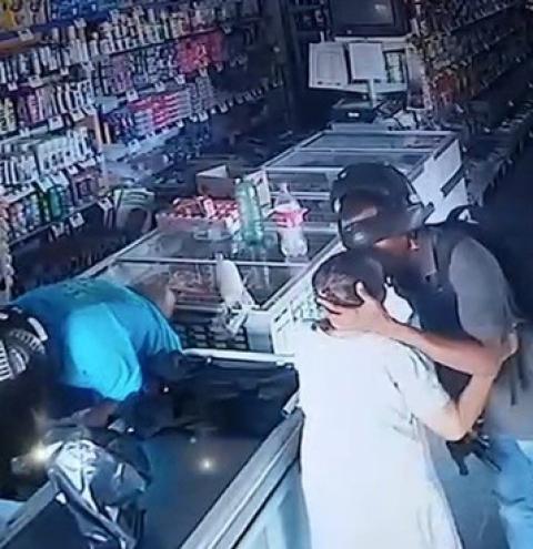 Vídeo: Ladrão beija idosa para tranquilizar a vítima durante assalto no Piauí