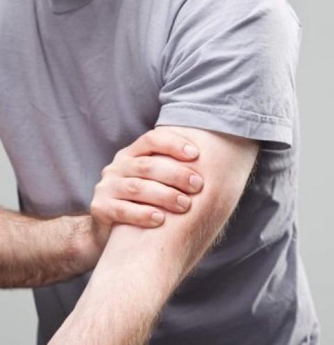 Dores intensas na região do braço podem indicar problemas na coluna